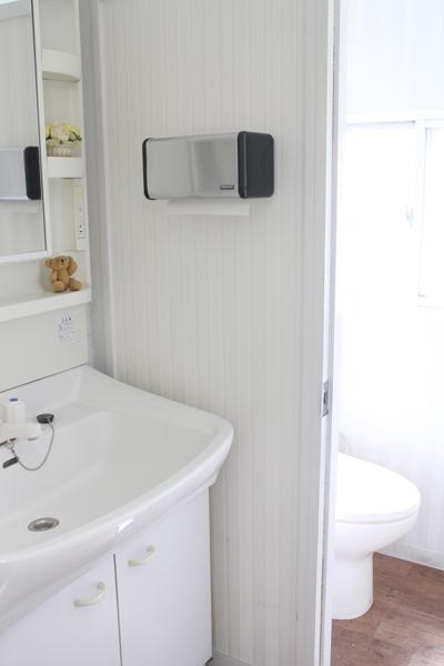 清潔で明るいトイレ1と洗面所(新宿 大久保 貸し会議室 ソレイユ新宿)