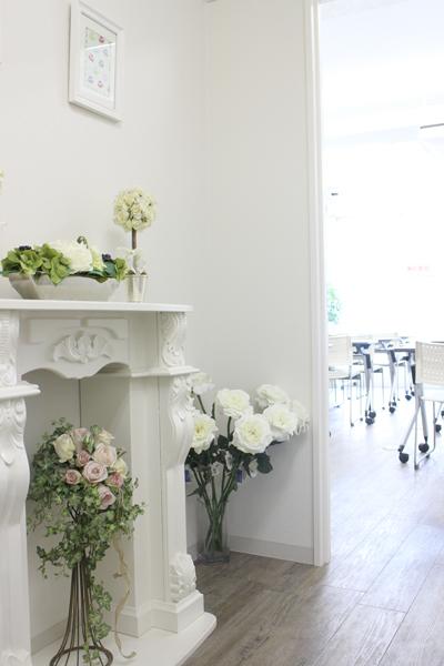 新宿 大久保駅徒歩30秒の貸し会議室 ソレイユ新宿 女性向けのお花飾りのある入り口
